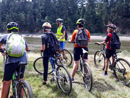 Des ados au bord de l'eau à vélo