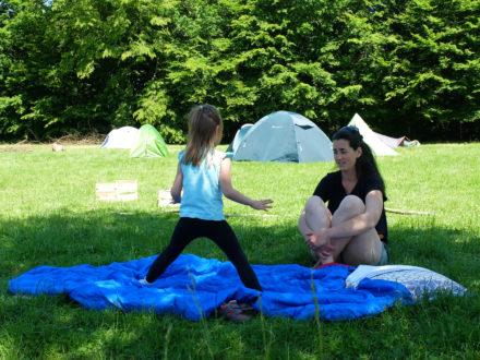Faire des jeux sur une couverture dans l'herbe